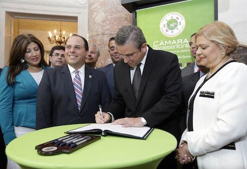 El gobernador Alejandro García Padilla firmó hoy la Ley 545.