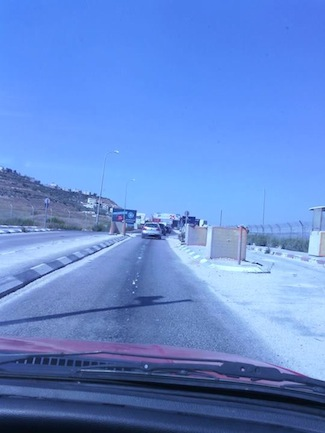 """""""Esta foto es el punto de cotejo cuando los carros entran y salen de Nablus. La torre que está a mano derecha es un puesto donde siempre hay vigilancia israelí y es una base militar"""", dice el calce de esta foto publicada por Ali en su muro de Facebook."""