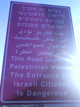 Estos letreros se observan en algunas entradas a los asentamientos palestinos.