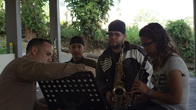 De izquierda a derecha, José Aponte ensaya con los estudiantes Leonardo Pedrogo, Kaleb Ortiz y Deborah Rivera.