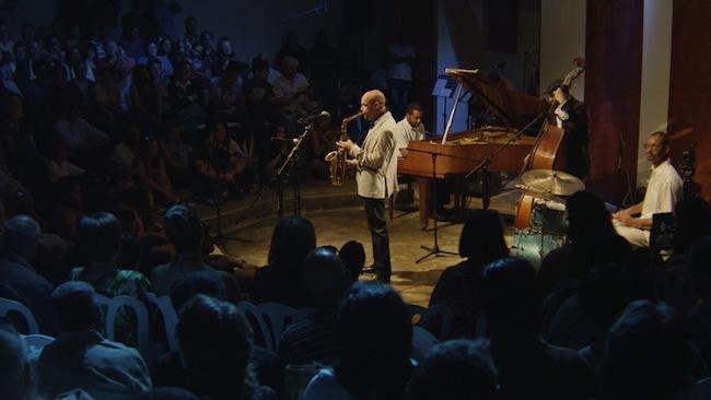 El saxofonista Miguel Zenón, en el centro del salón de la banda, durante el concierto de Caravana Cultural.