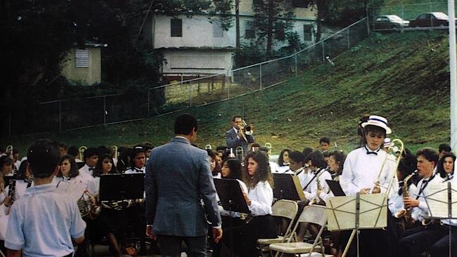 Foto histórica de la banda escolar de Aibonito, en 1990. A la derecha, con el saxofón alto, José Aponte, en época de estudiante.