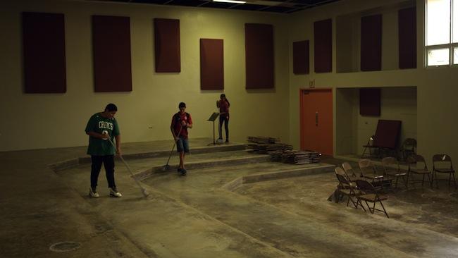 Limpieza del edificio de la banda en la escuela Rafael Pont Flores de Aibonito.