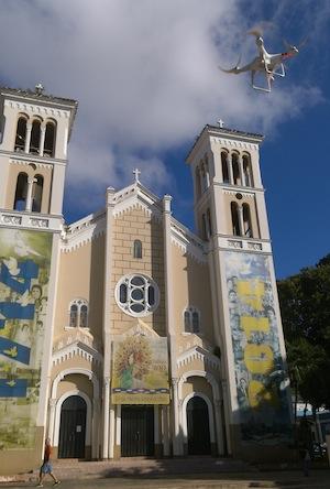 En Río Piedras, se observa uno de los drones Phantom volando cerca de la iglesia Del Pilar.