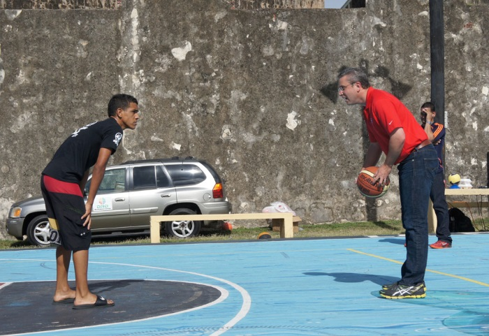 El gobernador, Alejandro García Padilla, juega baloncesto en el barrio La Perla. Foto por Adriana Cardona-Maguigad