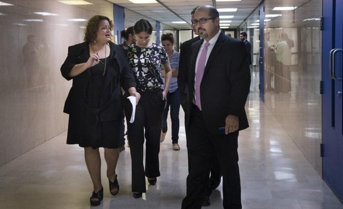 Carla Minet, directora del CPI, Omaya Sosa Pascual, co-fundadora de CPI, y Lcdo. Osvaldo Burgos abogado de los demandante durante la vista del caso sobre acceso a la información relacionado con la identidad de los bonistas de la deuda de Puerto Rico.
