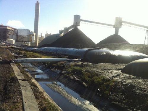 Imagen del interior de la planta de AES donde cuerpos de agua se mezclan con material tóxico.