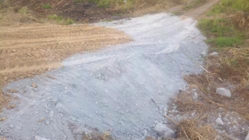 Cenizas descargadas en carreteras del sector Cimarrona, Guayama, Puerto Rico.