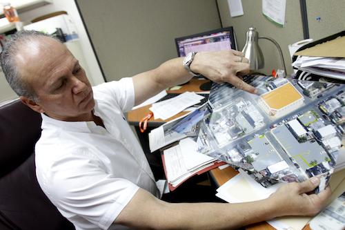 Ricky Castro muestra planos de su edificio